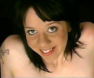Sciocca ragazza che mostra pelosa culo crack e vuote tette cadenti