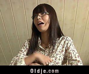 Adolescente giapponese che fa a pezzi la più vecchia insegnante calva