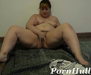 Spinge fuori una pera da un castoro pelosa e seghe, tardona favolosa donna bella e grassa