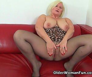 Britannico nonna Lacey Starr ama i dildo