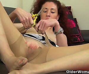 British milf Holly Kiss loves a good fanny rub