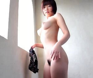 Mana Sakura Beautiful Giapponese Posa nuda da Finestra