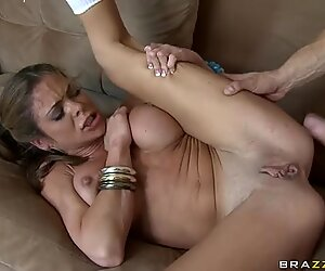 Sporty mature woman Hunter Bryce in roller skates gets fucked