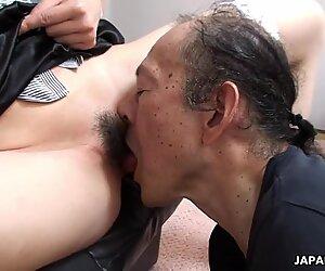 Uomo vecchio sta mangiando quella bagnata pelosa adolescente figa fino