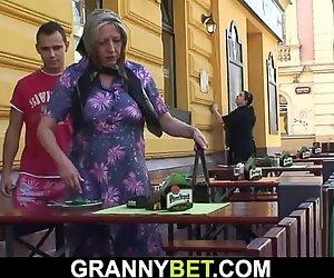Rimorchiata su tettona la nonna più anziana cavalca il suo cazzo di arrapato