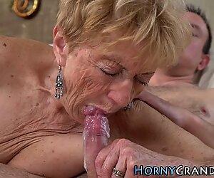 Nonna dalla bocca spumeggiante
